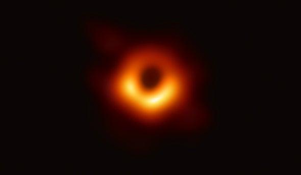 لحظة تاريخية: الكشف عن أول صورة لثقب أسود