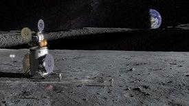 اكتشاف ماءٍ على القمر في أماكن يصلها ضوءُ الشمس وأخرى مُعتمة