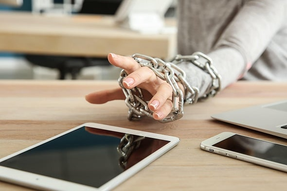 «النوموفوبيا».. الإفراط في استخدام هاتفك المحمول قد يعرضك لهذا الرهاب