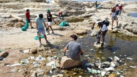 «المتوسط» يتحول إلى بحر من البلاستيك