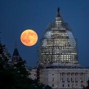 قمرٌ عملاق يطل على الأرض بعد غياب 68 عامًا