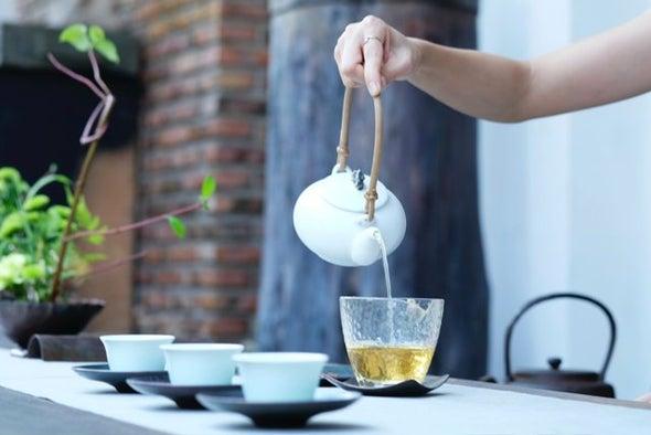 دراسة يابانية: الشاي الأخضر والقهوة قد يفيدان الناجين من السكتات الدماغية والنوبات القلبية