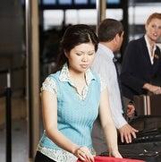 صناديق التفتيش بالمطارات وسيلة انتقال لعدوى أمراض الجهاز التنفسي