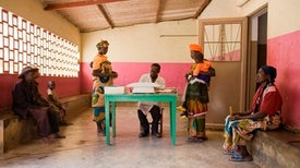 الأنظمة التأمينية توفر الحماية للفقيرات قبل وبعد الولادة