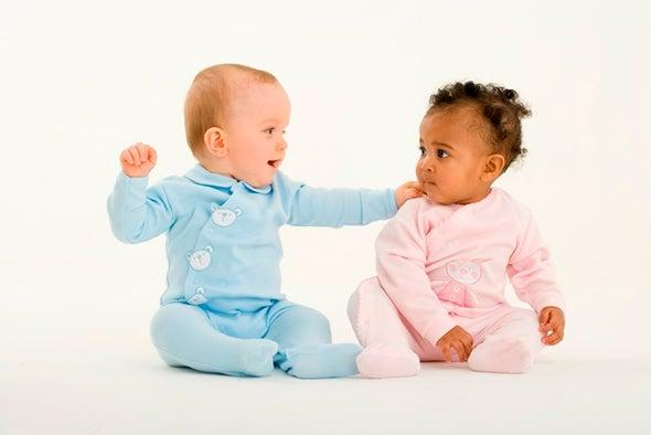 الأطفال يمارسون الإيثار في سن الرضاعة