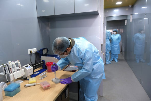 جهود حثيثة لتعقُّب سلالات فيروس كورونا الجديدة في جميع أنحاء العالم