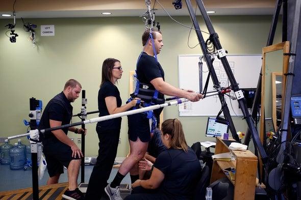 كيف استطاعت تقنية ثورية جعل الأشخاص الذين يعانون من إصابات في الحبل الشوكي يقفون مجددًا على أقدامهم