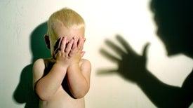 ضرب الطفل يجعله عدوانيًّا في الصغر ومريضًا نفسيًّا في الكبر