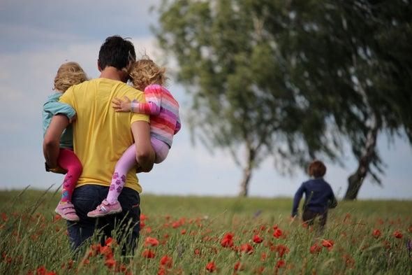 في نشرة العلوم...اكتئاب الآباء بعد الولادة يحتاج إلى مزيد من الاهتمام