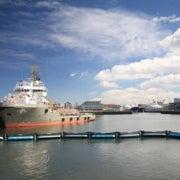 شبكة ضخمة عائمة للتخلص من النفايات البلاستيكية في المحيطات