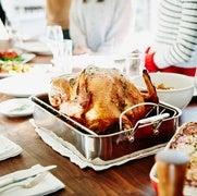 قد ينتهي عشاء عيد الشكر مبكرًا إذا ما مرَّر الضيوف مرق اللحم بعضهم لبعض عبر انقساماتهم الحزبية