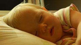 Dormir la siesta consolida el aprendizaje de los bebés