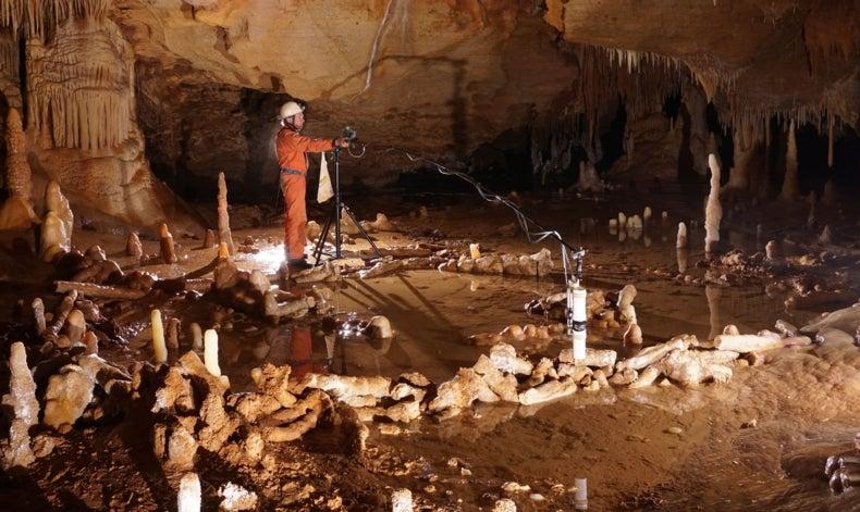 Descubren estructuras neandertales en una cueva subterránea de Francia