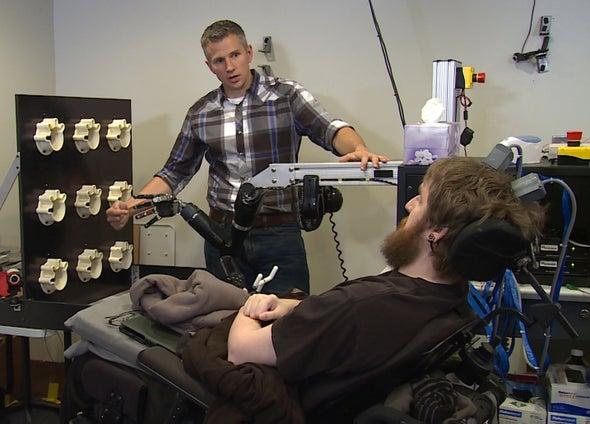 Un hombre tetrapléjico logra sentir cada dedo de una mano robótica