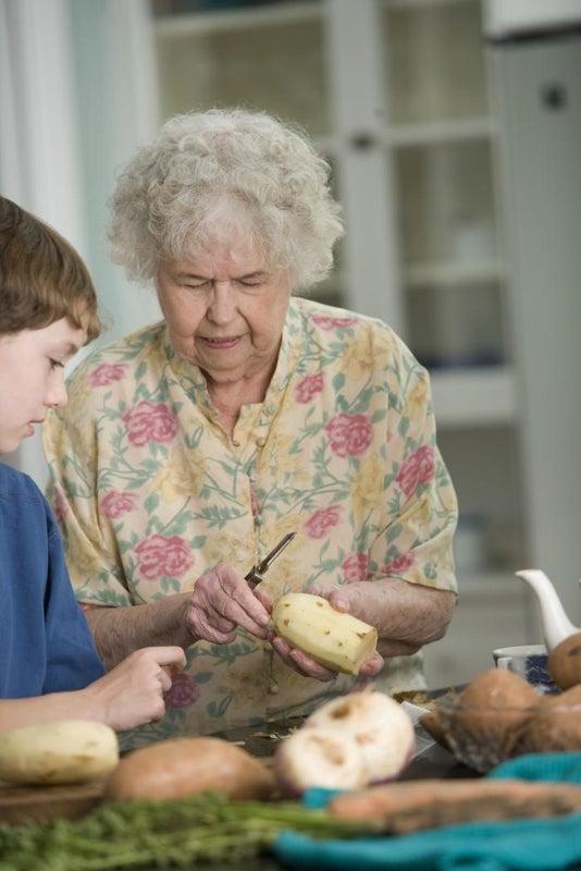 Abuelos que cuidan a sus nietos viven más que otros adultos mayores