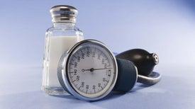 FDA pide fuerte reducción de sal añadida a alimentos