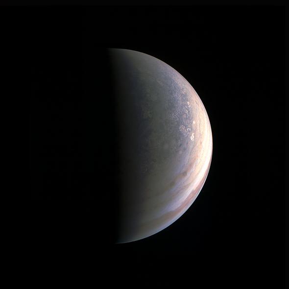 Sonda espacial Juno fotografía los polos de Júpiter
