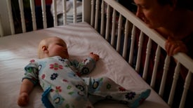 Envolver a los bebés mientras duermen eleva el riesgo de muerte súbita