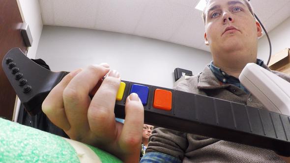 Dispositivo permite a paciente tetrapléjico hacer movimientos complejos