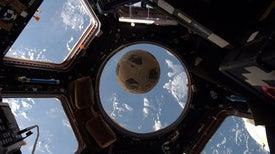 El balón de fútbol que logró llegar al espacio... 31 años después