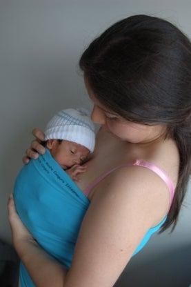 A falta de incubadoras, las mamás copian a los canguros para cuidar a sus bebés prematuros