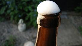 ¿Por qué al golpear una botella de cerveza se crea espuma?