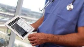 Tabletas y computadoras de médicos diseminan gérmenes en los hospitales