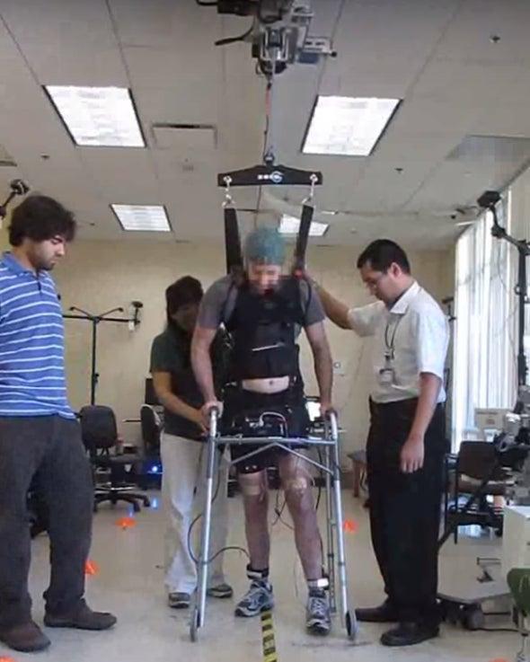Un hombre camina de nuevo después de cinco años de parálisis