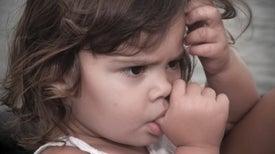 Los niños que se chupan el pulgar o se comen las uñas son menos propensos a las alergias