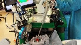 Robot cirujano sutura con éxito el intestino de un cerdo