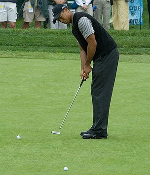 tiger woods putts on the green