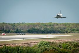 Discovery glides in for its final landing on March 9, 2011