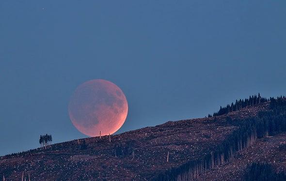"""Rare """"Supermoon"""" Total Lunar Eclipse Thrills Skywatchers Worldwide"""