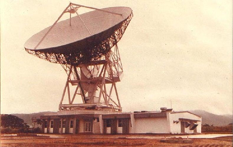 A velha antena de Gana, antes de ser recuperado. Agora atualizada e convertida para um radiotelescópio, o equipamento vai ajudar os astrônomos a fazer novas descobertas. Crédito: Wikimedia (CC BY-SA 4.0)
