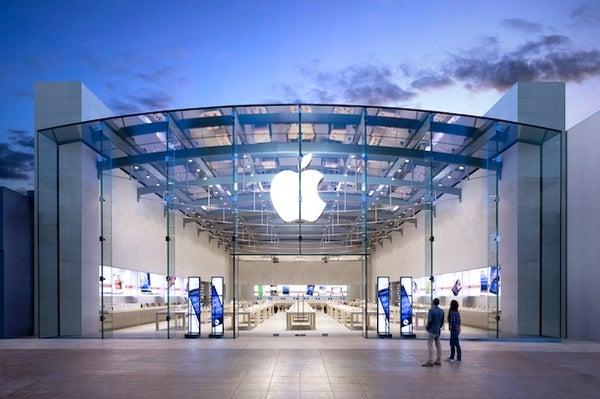 Apple slapped with lawsuit over mandatory employee bag checks