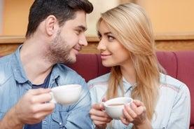 hombre y una mujer en café