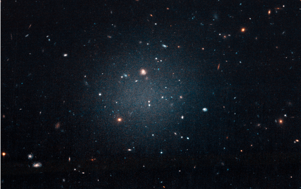 Um zoom na galáxia NGC1052-DF2 (Foto:  NASA, ESA and P. van Dokkum (Yale University))